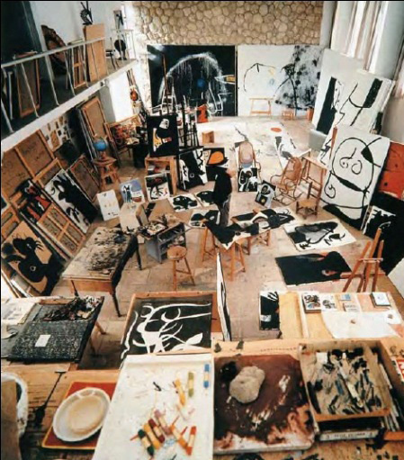Intérieur de l'atelier de Joan Miró réalisé par Josep Lluís Sert, 1973 Photo de Francesc Català-Roca © Photographic Archive F. Català-Roca / Arxiu Fotogràfic de l'Arxiu Històric del Col·legi