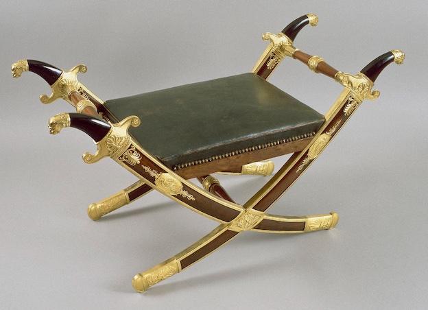 Attribué à Martin Guillaume Biennais (1764-1843). Tabouret en forme de sabres croisés, 1803-1815. Acajou, bronze doré, cuir © RMN-Grand Palais / Y. Martin