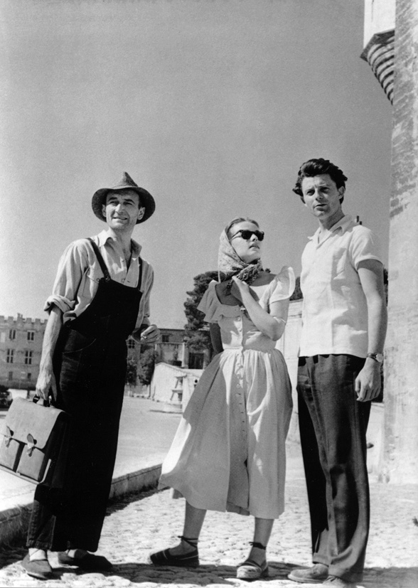 Jean Vilar, Jeanne Moreau et Gérard Philipe sur la place du Palais des Papes, Avignon, 1951 © Serge Lido