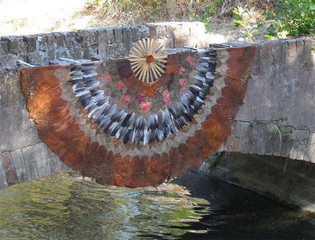 Eventail rafraichisseur d'eau - Feuilles, écorce, bambou, plumes Canal de la Siagne, France