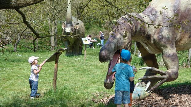 Heureusement pour cet enfant le Suchomimus se nourrit essentiellement de poissons ! © DR