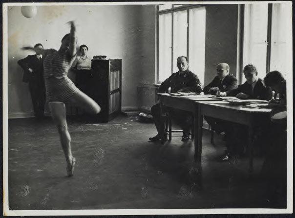 Examination of a German dancer in the Third Reich épreuve gélatino-argentique, 1934 Art Gallery of Ontario Don anonyme, 2002 2002/5345 © Art Gallery of Ontario