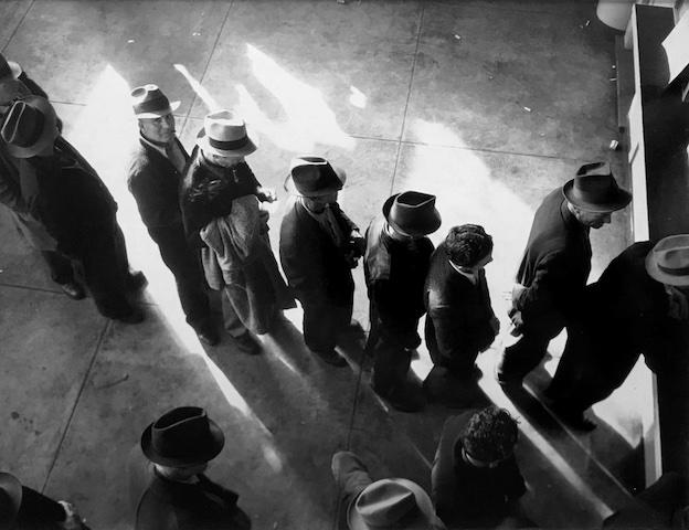 Dorothea Lange (1895-1965), File d'attente à la Sécurité sociale, San Francisco, Californie, 1938, tirage argentique moderne à partir du négatif original, c. 1990, don Sam Stourdzé © The Dorothea Lange Collection, Oakland Museum of California