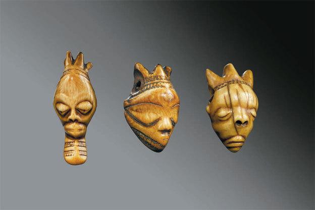 Pende République Démocratique du Congo Pendentifs ikhoko représentant le masque fumu ou pumbu et, à gauche, le masque muyombo Ivoire. Photos de Hughes Dubois (Bruxelles-Paris), MRAC Tervuren ©