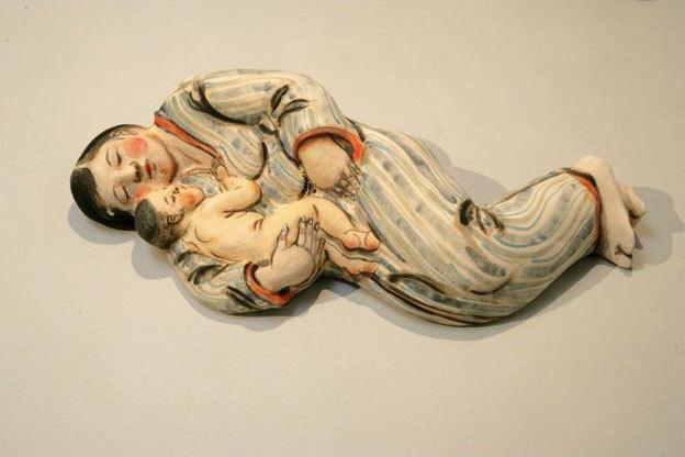 Sleeping mother with child, 2007. Akio Takamori (Japon, 1950). Grès, décor sous couverte, 13 x 56 x 22 cm. Collection Musée Ariana, Genève. Photo : Nathalie Sabato