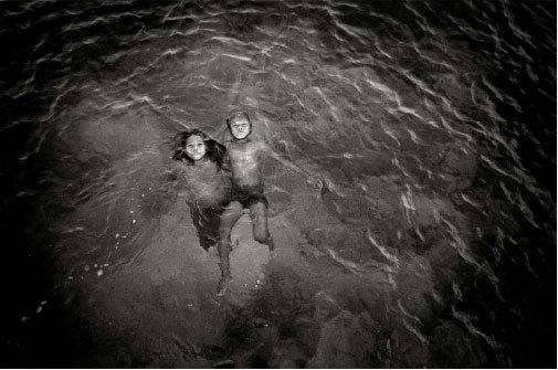 Enfants badjao qui jouent dans les eaux de la baie © Pierre de Vallombreuse