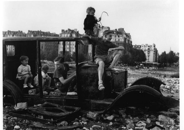 Robert Doisneau, La voiture fondue, 1944 © Robert Doisneau-Atelier Doisneau