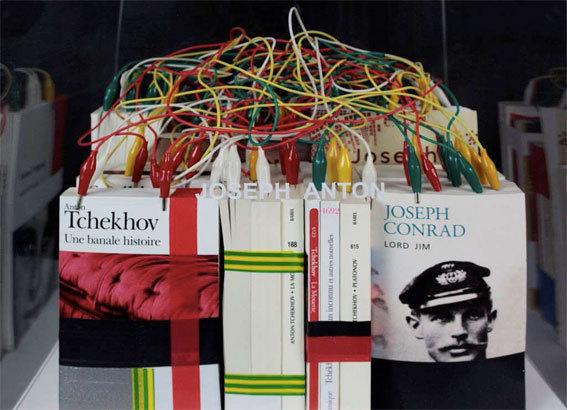 mounir fatmi, Joseph Anton, 2013, livres, câbles électriques, autocollant, 120 x 40 x 40 cm, collection du FMAC - Ville de Paris. © Studio fatmi, Paris/ADAGP.