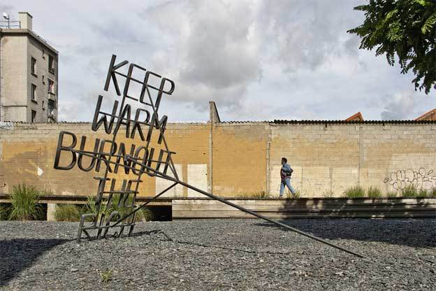 Nøne Futbol Club, Work nº054-2 : Keep warm burnout the rich (stabile), 2011. Fer forgé. 206 x 178 x 305 cm.