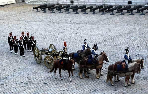 Présentation du canon Gribeauval hippomobile dans la cour d'honneur des Invalides © DR