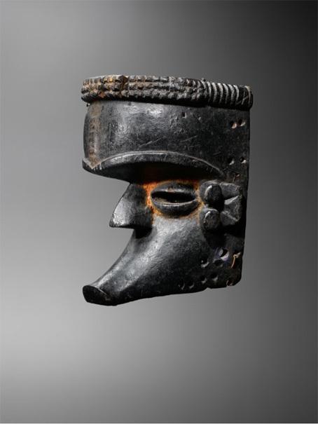 Joaquin Pecci. Masque Ibibio, Nigeria H 28 cm environ collecté in situ dans les années 60 ; Ancienne collection Anglaise Photo Hughes Dubois