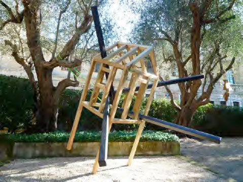 Matthieu Schmitt, Escape From Morellet, 2014 Bois, sangles, goudron 250 x 100 x 100 cm + 2 x (200 x 200 cm) Courtesy Galerie Catherine Issert