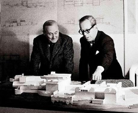 Josep Lluís Sert et Joan Miró devant une maquette de la Fondation Maeght. © Archives Fondation Maeght