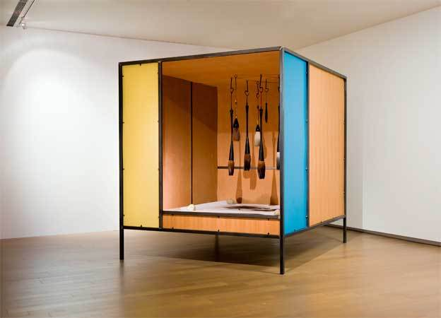 Su-Mei Tse, Bleeding Tools, en collaboration avec Jean-Lou Majerus, installation 260 x 228 x 255 cm, 2009. Courtesy de l'artiste et de Eslite Gallery Taipei.