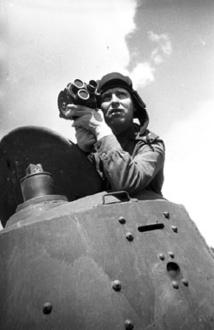 L'opérateur A. El'bert en train de filmer une opération de reconnaissance, 1943. © RGAKFD