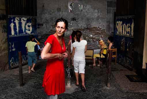 Un groupe de femmes dans la cour de l'immeuble où elles habitent. Naples - 2007 © Angelo Antolino / Cosmos