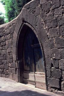 Porte en basalte à Agde © P.Ramond