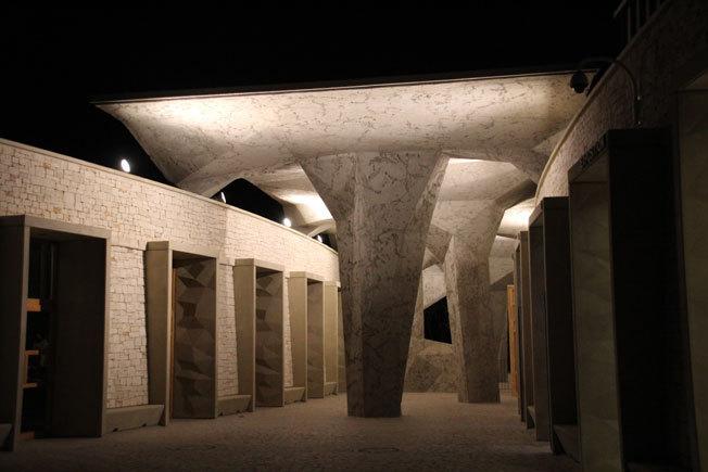 Les mystérieux cheminements qui mènent la nuit à la Caverne du Pont d'Arc © P. Aimar