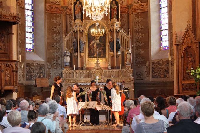 A l'issue du concert de samedi, les enfants ont couvert de fleurs les artistes du jeune Quatuor Akilone © DR