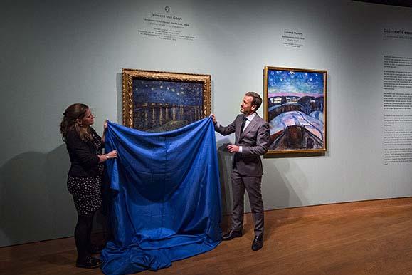 Axel Rüger (directeur du Musée Van Gogh) et Maite van Dijk (conservatrice Munch : Van Gogh) dévoilent Nuit étoilée sur le Rhône (Vincent van Gogh, 1888) et Nuit étoilée (Edvard Munch, 1922), deux œuvres maîtresses de l'exposition Munch : Van Gogh.