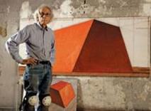 Christo dans son atelier avec un dessin préparatoire pour le Mastaba d'Abu Dhabi en 2012.