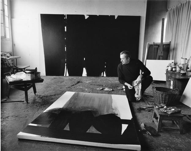 Fritz Pitz, Pierre Soulages dans son atelier à Paris, 1967 © Musée Soulages, Rodez