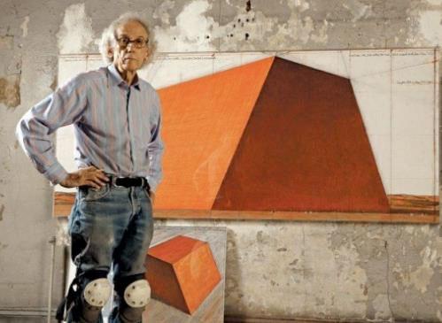 Christo dans son atelier avec un dessin préparatoire pour le Mastaba d'Abu Dhabi en 2012