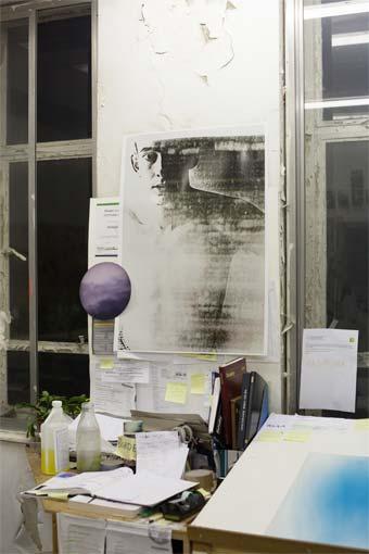 Wolfgang Tillmans Wet Room (Barnaby), 2010 Impression à jet d'encre sur papier sans cadre, clips, 138 x 208 cm © Wolfgang Tillmans