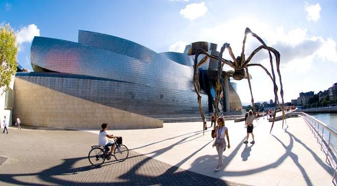 Musée Guggenheim Bilbao et sculpture d'araignée « Maman » de Louise Bourgeois. Bilbao © Turespaña