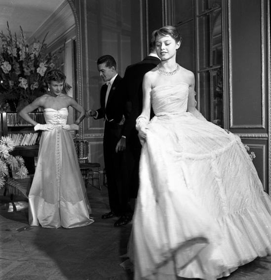 Brigitte Bardot pour le Jardin des modes, 1950 © Robert Doisneau
