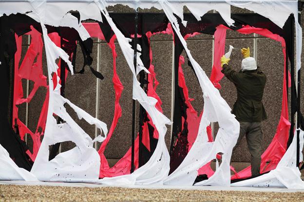 Acid Action Painting, 2006, réactivation de l'œuvre South Bank Demonstration (1961) par l'artiste Brian Hodgson, Hayward Gallery, Londres, Photographe: Kristian Buus © 2009 Gustav Metzger