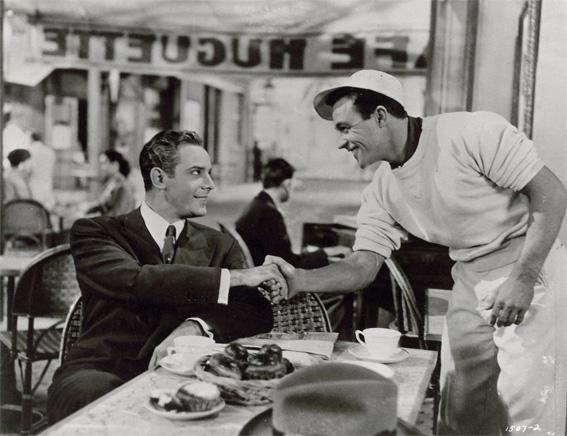 An American in Paris  Vincente Minnelli, 1951  Production A. Freed  Georges Guétary et Gene Kelly  Terrasse du café Huguette  Photographie DR.  30 . 40 cm  Collection La Cinémathèque française