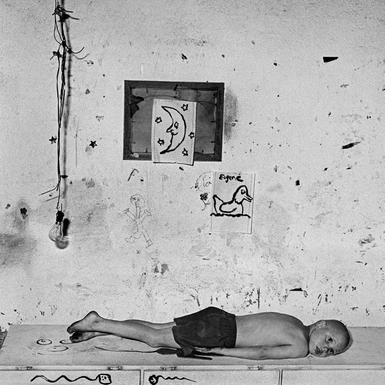 Under the Moon, 2000 Edition 12/20 40 x 40 cm © Roger Ballen / Courtesy Galerie Karsten Greve