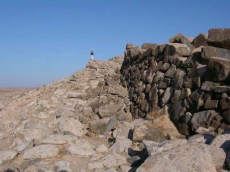 Rampe d'accès à Qal'at al-Rahiyya, vue vers le nord- ouest. © M.-O. Rousset mission Marges arides