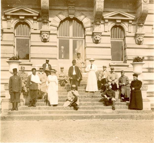 Madame Jérardin et les blessés de l'hôpital de Gouvieux dans le jardin de la Volière du château de Chantilly. Anonyme, juillet 1915. © Archives musée Condé/4-WA-022