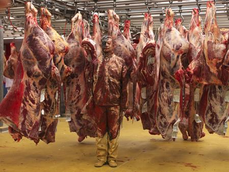 Liu Bolin, Hiding in the city – Paris, Meat factory, photographie 120 x 150 cm, Courtesy Galerie Paris-Beijing, ©Adagp, Paris 2019