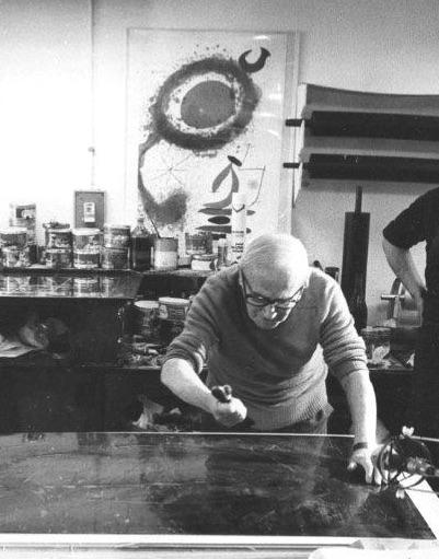 Miró gravant à Saint-Paul de Vence en 1981.