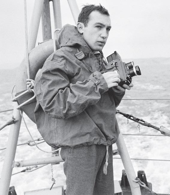 Raymond Depardon pendant son reportage consacré à la vie quotidienne de l'escorteur Le Picard, Toulon, 1962-1963 © Photographe inconnu/Archives privées R. Depardon/DER1964xxxW0001
