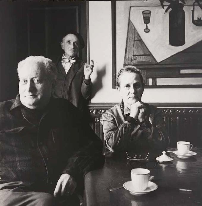 Irving Penn, Jean Giono, Élise Giono et Lucien Jacques au Paraïs, Manosque, 1957. Tirage de travail offert à Jean Giono par le photographe. Association des Amis de Jean Giono © The Irving Penn Foundation
