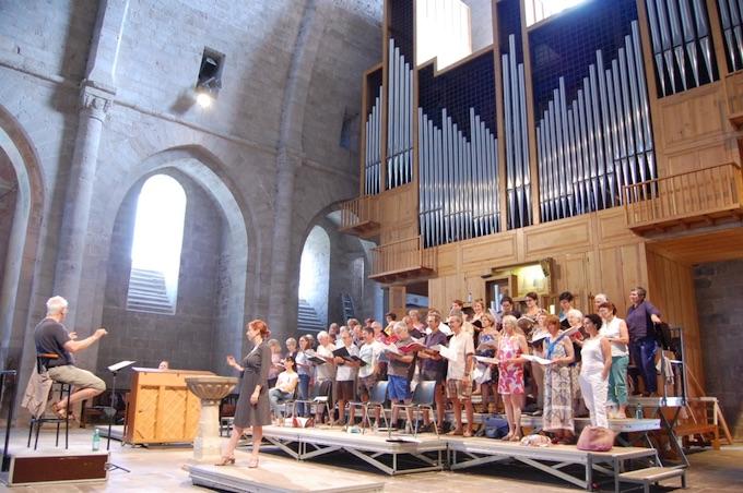 Répétition 2019 de l'Atelier choral-production sous la direction de Bernard Tétu dans l'abbatiale de Sylvanès © DR