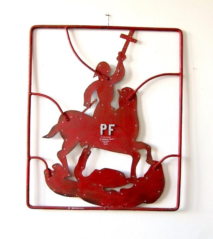 Philippe Favier, Saint Georges et des poussières, 2020, encre de Chine et lettres en perles sur ferronnerie populaire