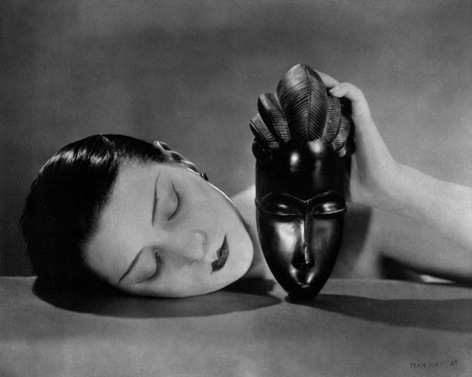 Noire et blanche - Portrait de Kiki de Montparnasse tenant un masque baoulé Man Ray, 1926. Crédit : Man Ray 2015 Trust / Adagp, Paris, 2020.