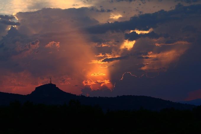 Ciel incandescent au dessus du Rocher de Sampzon @ Sébastien Gayet
