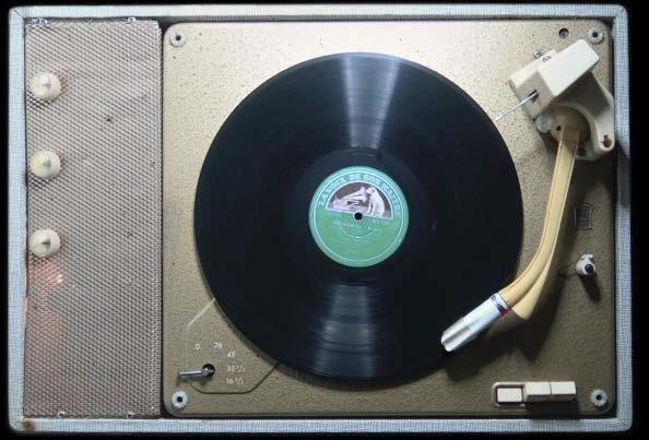 Et pourtant il tourne (installation avec tourne disque et vidéo). 1re présentation - Biennale de Paris, 1980