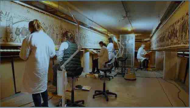L'équipe de restauratrices textile au chevet de la Tapisserie de Bayeux © Ville de Bayeux