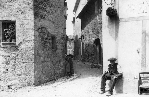 Mougins, rue des Lombards, vers 1900