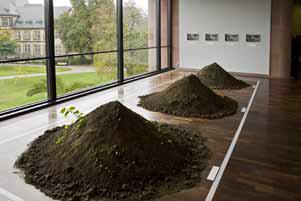 Yoko Ono. Three Mounds, 1999/2008. Installation view © Philipp Ottendorfer. Courtesy of Kunsthalle Bielefeld