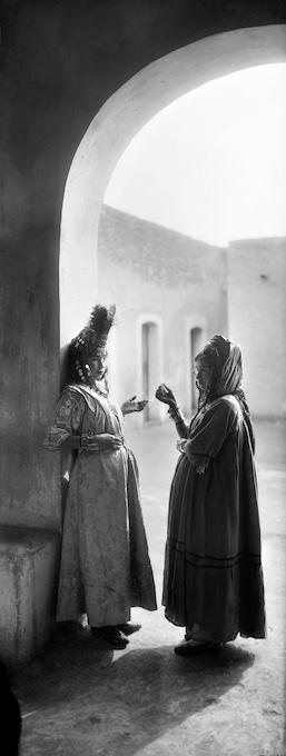 Femmes de la tribu des Ouled Naïl. Sahara (Algérie), Vers 1900 77196-26 © Léon & Lévy / Roger-Viollet