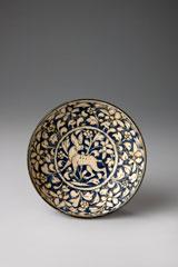 Bol, Iran, fin du XIIIe ou début du XIVe siècle. Terre siliceuse, décor moulé et peint sous glaçure. D. 14,5 cm ; H 5,8 cm © Nathalie Sabato