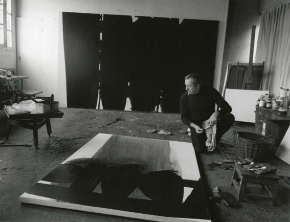 Pierre Soulages dans son atelier en 1968 © Fritz Pitz